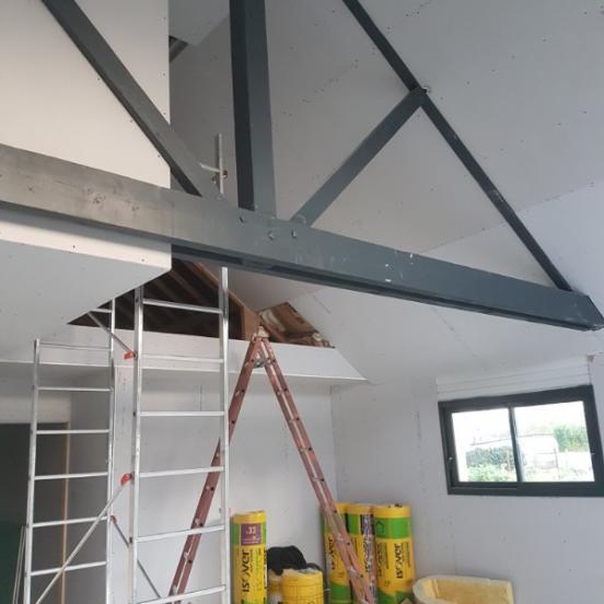 Aménagement intérieur neuf sous combles avec charpente apparente